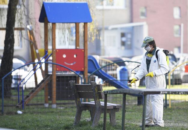 Koronavírus: V Košiciach dezinfikujú v parkoch lavičky.