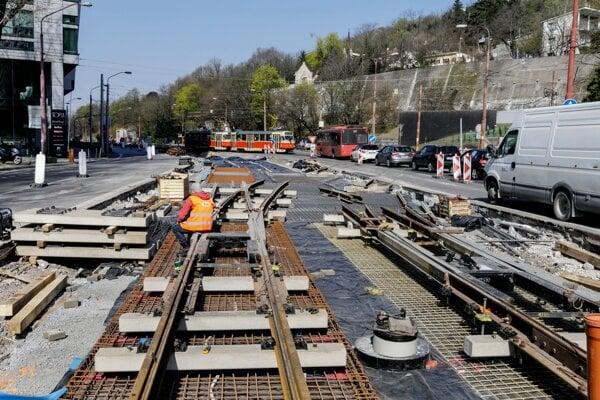 Priebeh prác na tretej etape modernizácie Karlovesko-dúbravskej električkovej radiály v Bratislave.