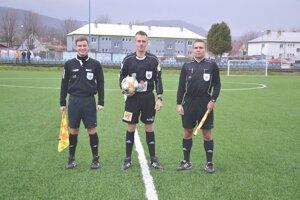 Marek Proč (vpravo) pred zápasom Dubnica - Žilina B. V strede Patrik papuča, vľavo Gabriel Cabaj.