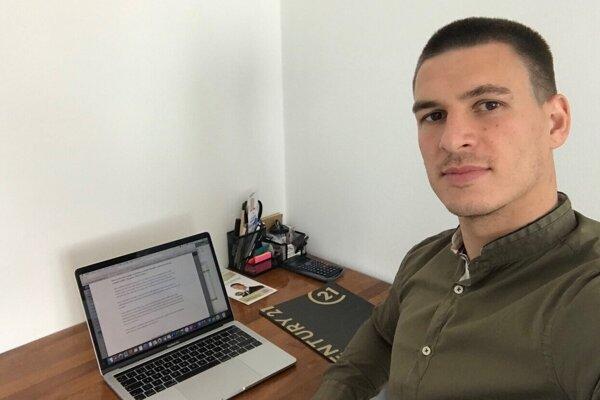 Ľubomír Korijkov trávi pri počítači množstvo času.