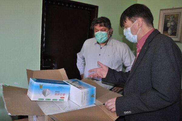 Riaditeľ Dolnooravskej nemocnice Jozef Mintál (vpravo) preberá respirátory od Branislava Klocoka.