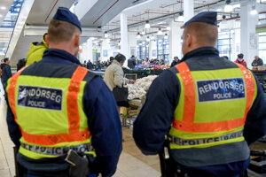 Maďarskí policajti na trhovisku v Debrecíne.