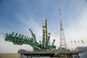 Ruská raketa Sojuz MS-16 na odpaľovacej rampe na kozmodróme Bajkonur.