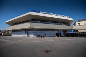 Priestory Hlavnej stanice v Bratislave a okolia sú štandardné plné, od polnoci ale platia prísne obmedzenia pohybu ľudí.
