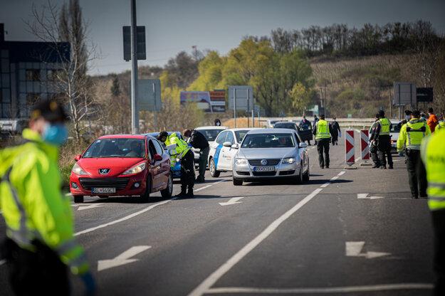 Kontrolné stanovište Polície SR na hlavnej ceste vo Svätom Jure počas mimoriadnej situácie.