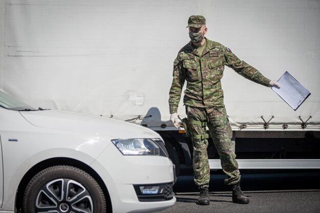 Kontrolné stanovište Polície SR na hlavnej ceste pri Zlatých pieskoch počas mimoriadnej situácie.