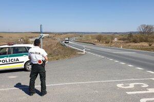 Koronavírus na Slovensku: Dopravný policajt počas hliadky pri ceste I/16 na hranici okresov Rimavská Sobota a Lučenec