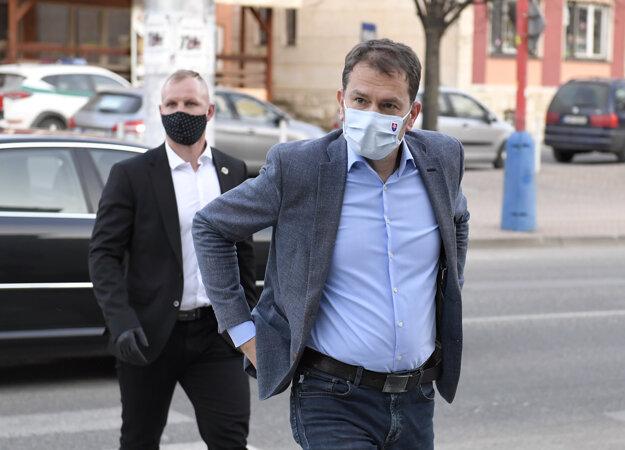 Matovič prichádza na Mestský úrad v Krompachoch.