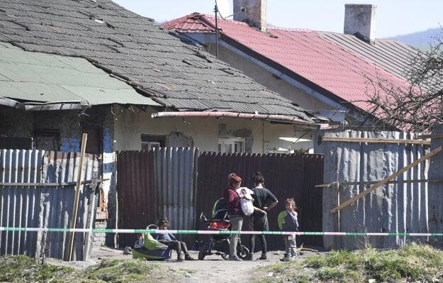 Pozitívne prípady zaznamenali v piatich osadách, tri z nich sú v Krompachoch, ďalšie evidujú v blízkych obciach Žehra a Bystrany.