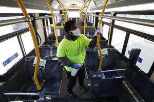 Ilustračné foto - vodič dezinfikuje autobus v Detroite.
