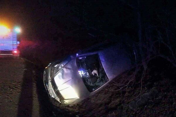 Havarovaná škodovka siahala prednou časťou do cesty.