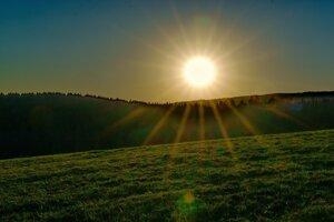 Západ slnka nad obcou Tŕnie.