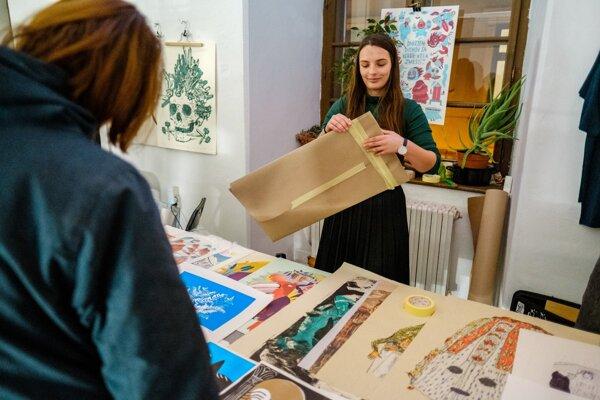 Galéria organizuje predvianočné predaje diel, umelci i galéria sa teraz vzdali honoráru.