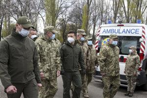 Ukrajinský prezident Volodymyr Zelenskyj (uprostred) počas kontroly vojenskej nemocnice pre pacientov s ochorením Covid-19 v regióne Doneck v sobotu 11. apríla 2020.