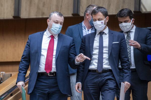 Minister práce, sociálnych vecí a rodiny Milan Krajniak a minister financií Eduard Heger.