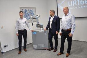 Zľava Peter Laurinčík, generálny riaditeľ MTS, Kubko UR16e, Pavel Bezucký, obchodný manažér firmy Universal Robots, Dávid Gurčík, produktový manažér pre robotiku MTS.