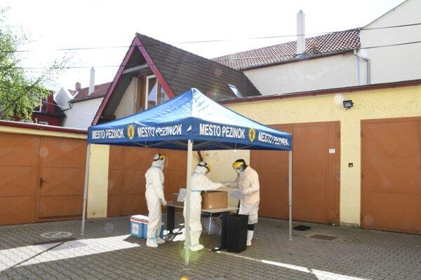 V Pezinku testovali zamestnancov mesta