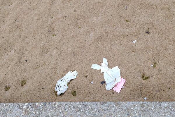 Hygienické opatrenia priniesli nový druh litteringu v podobe rukavíc a rúšok.