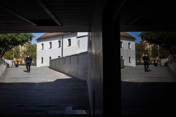 Chodec prichádza do podchodu spájajúceho Staromestkú ulicu s Klariskou v centre Bratislavy.