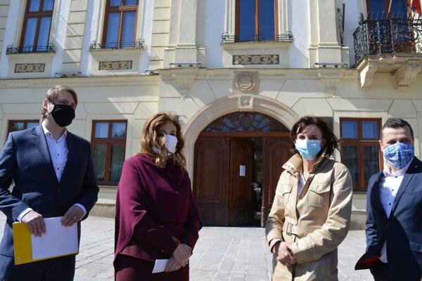 Viceprimátor Vladimír Feľbaba (OĽaNO), primátorka Andrea Turčanová (KDH), prednostka úradu Alexandra Chapčáková a druhý viceprimátor Pavol Neupauer (KDH).