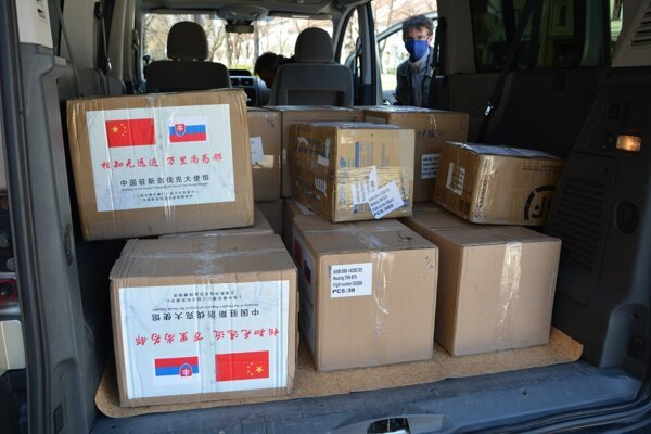 Do mesta dorazilo 21 škatúľ, ktoré zaslali ľudia z partnerských miest - Šanghaja a Pekingu.