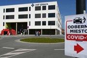 Traja zdravotníci pracujúci na rádiologickom oddelení (RTG) v Nemocnici s poliklinikou Štefana Kukuru v Michalovciach boli pozitívne testovaní na nový koronavírus.