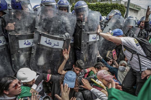Farouk Batiche (DPA) získal prvú cenu v kategórii Spot News Singles. Študenti zápasia s políciou počas protivládnej demonštrácie v Alžíri v Alžírsku.