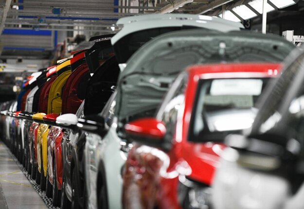 Pozastavená výrobná hala automobilového závodu.