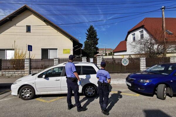 Na snímke zamestnanci Mestskej políce počas hliadkovania pred Domom svätého Martina v Martine, kde sa potvrdili pozitívne výsledky na koronavírus. V Martine dňa 18. apríla 2020.