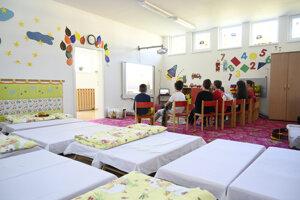 Deti zdravotníkov z fakultnej nemocnice počas prvého dňa babysittingu, ktorý samospráva zriadila v jednej z trenčianskych škôlok.