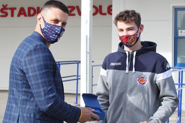 Športový maanžér mládeže Lukáš Jurík (vľavo) odovzdáva cenu Jakubovi Koleničovi (vpravo)