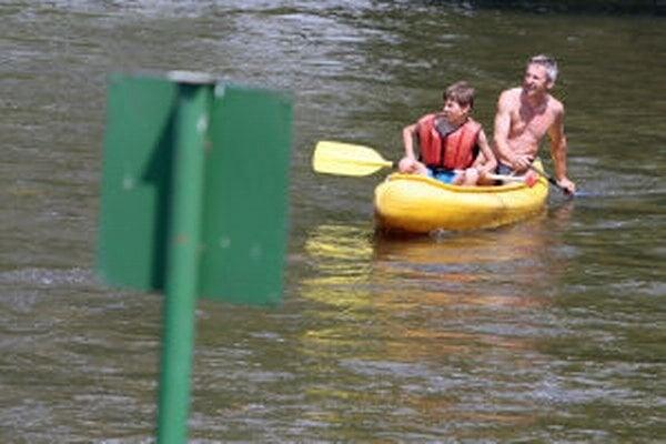 Za Hron bez bariér sú aktivisti, vodáci aj rybári. Obávajú sa negatívnych dopadov vodných diel navrhovaných len s niekoľkokilometrovými rozostupmi na život v rieke a jej okolí aj na turizmus.