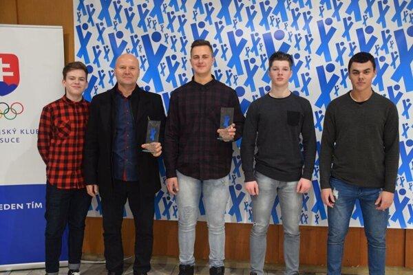 Miroslav Škrobian (druhý zľava) so svojimi zverencami.