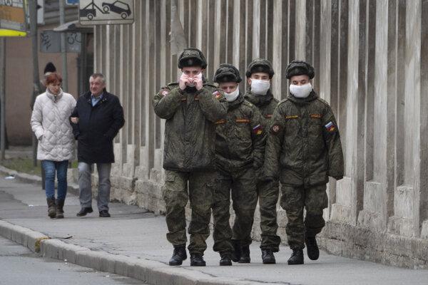 Ruskí vojaci s rúškami.