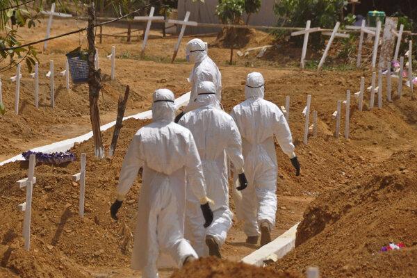 Cintorín, ktorý vznikol pre obete eboly na okraji Monrovie, libérijského hlavného mesta. Záber je z roku 2015.
