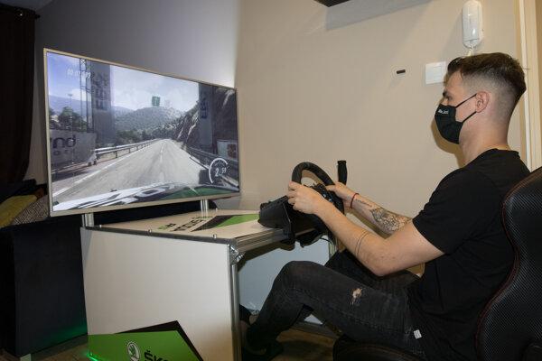Martin Koči vymenil na chvíľu reálny volant za simulátor.