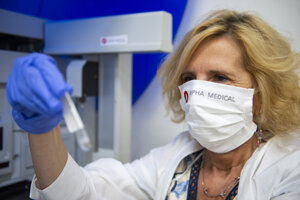 Vedúca prevádzky biochémie Katarína Dudová zo spoločnosti Alpha medical kontroluje proces testovania vzoriek.