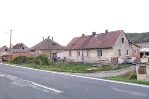 Osada Domky pri Kozárovciach sa nachádza vedľa hlavnej cesty, ktorá vedie do susedných Tlmáč.