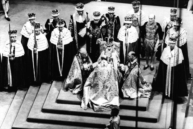 Na snímke z 2. júna 1953 britská kráľovná Alžbeta II. (sediaca na tróne) počas svojej korunovácie v Londýne.