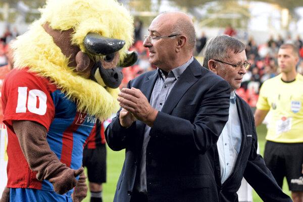 Oporné stĺpy FC ViOn - majiteľ Viliam Ondrejka (v popredí bez svojej typickej baretky) a prezident Karol Škula - prikývli na ušľachtilý nápad.