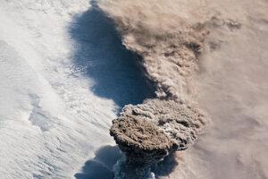 Výbuch sopky Raikoke na rovnomennom Kurilskom ostrove.