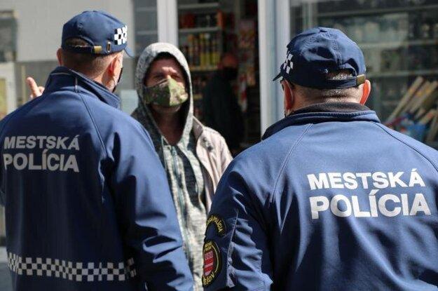 Mestskí policajti majú plné ruky práce.