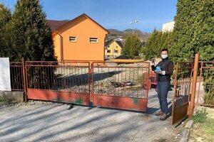 Starostka Adriana Záborská sa chopila iniciatívy a s manželom opravili pokazenú bránu.