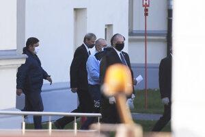 Kajetán Kičura (tretí zľava) odchádza z budovy ústavného súdu.