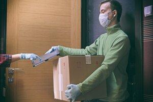 Ochranné rukavice by mal mať pri preberaní zásielky nielen kuriér, ale aj zákazník. Rúško sa považuje za samozrejmosť.