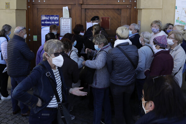 Ľudia stojaci v rade na jednom z odberných miest v Prahe.
