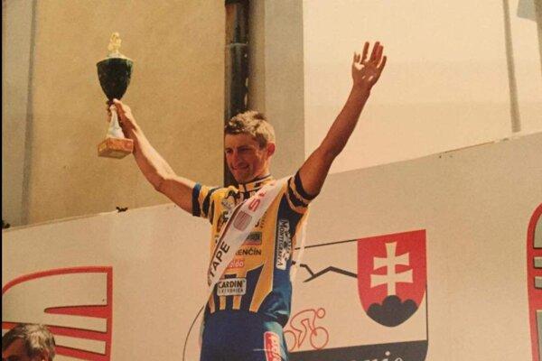 Róbert Nagy na najvyššom stupienku po etapovom víťazstve na pretekoch Okolo Slovenska.