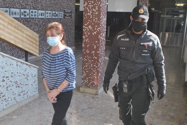 Policajná eskorta predviedla Danielu T. na Okresný súd Košice II, aby rozhodol o návrhu na jej väzobné stíhanie.