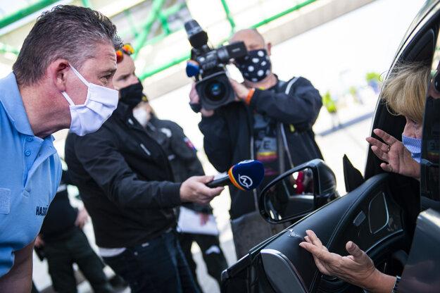 Minister vnútra Roman Mikulec počas policajnej kontroly vodičov na dialničnom hraničnom priechode Čunovo – Rajka v piatok 24. apríla 2020.