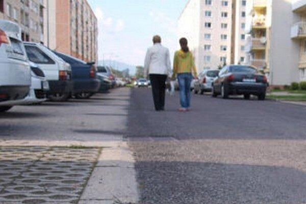 Cesty na sídlisku majú niekoľko mesiacov nový povrch. Ten však obyvatelia a vodiči kritizujú.